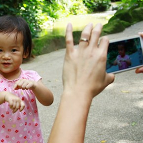 A brave girl's encounter with a spider at Jurong Bird Park